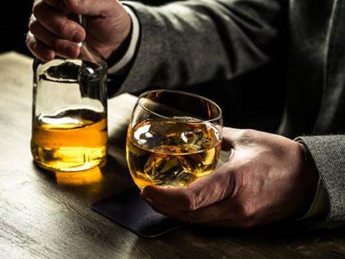 muzchina-derzit-stakan-s-viski